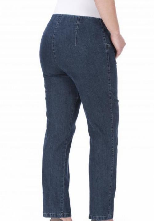 Denim bukser med elastik i livet fra KJ Brand Denim bukser med elastik i livet fra KJ Brand model Susie i mørkblå Vil du gerne gå i denim bukser, men er du ikke til fast linning og knap i livet der irriterer og har du brug for lidt mere plads i lårene end klassiske jeans vil du elske disse bukser fra KJ Brand lige så meget som vi gør. Elastik i livet, god lårvidde og lille indsnævring i benet. Bukser fra KJ Brand er blandt de bedste med hensyn til kvalitet, pasform og udvalg, mens de prismæssigt ligger lavere end andre mærker af tilsvarende kvalitet. Når du køber bukser og jeans fra KJ brand får du produkter der er Oekotex certificeret , hvilket betyder at produkterne er testet for indhold af sundhedsskadelige og allergi fremkaldende stoffer. Fakta om Susie Model Susie har en høj taljehøjde. Elastik i livet. God lårvidde. Svag indsnævring i ben. Denim 85% Bomuld, 13% Polyester, 2% Elasthan. Læs meget mere om KJ Brand, find din model og materiale og læs hvorfor vi er så glade for KJ Brand, på vores side om KJ BRAND