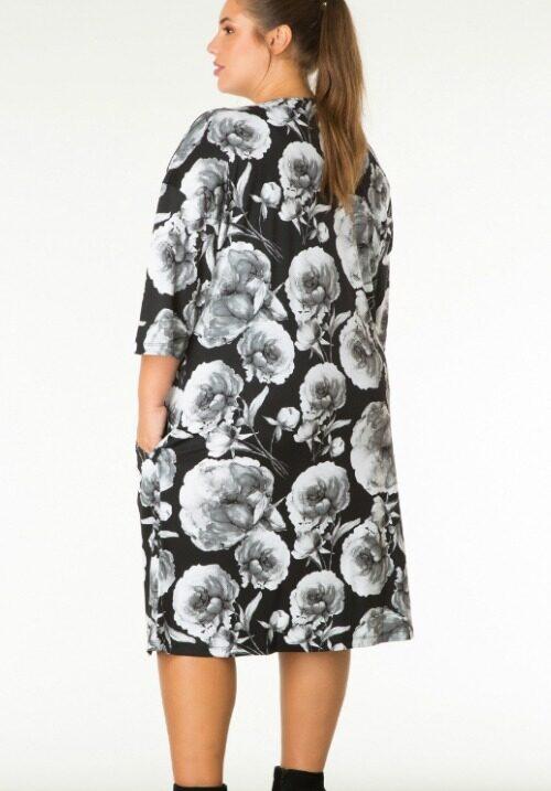 c6bc47c1ded5 Smuk kjole i sort hvid roser