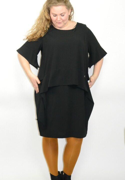 0df8e443a Smuk kjole fra Mat i sort