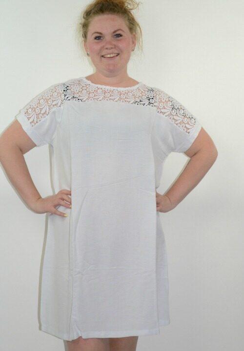 www.plus-Q.dk hvid yesta kjole med blondestykke 31557-2