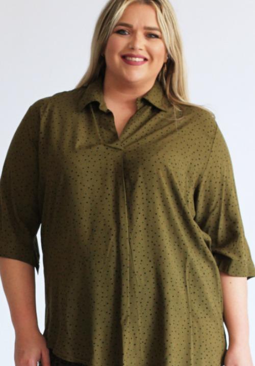 www.plus-Q.dk kort skjortebluse fra Magna - khaki