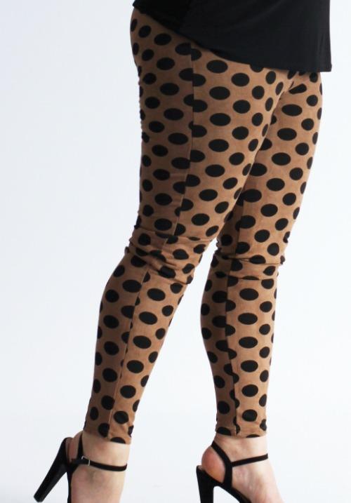 www.plus-Q.dk leggings fløjlslook sand med prikker