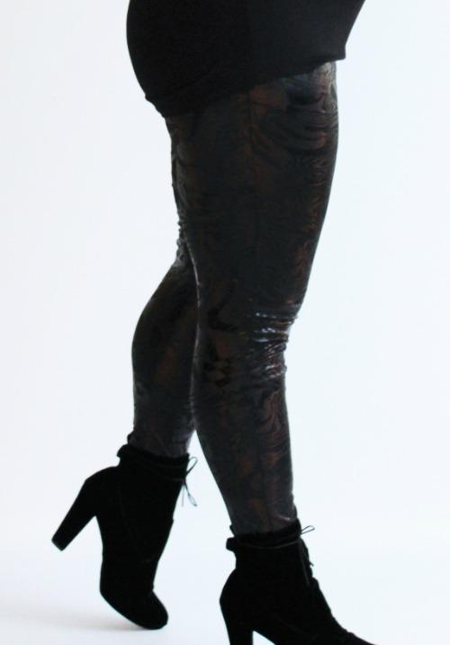 www.plus-Q.dk læderlook leggings med bølgeprint brun-3